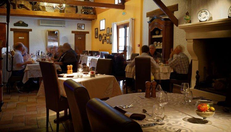 Auberge des Moissons heeft een heerlijk restaurant met prachtige grote haard