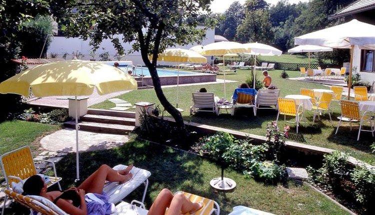 Hotel Velden Bacherlwirt - zwembad met ligstoelen