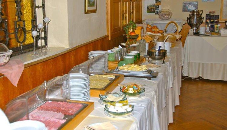 Start de dag met een heerlijk ontbijtbuffet bij Hotel Velden Bacherlwirt