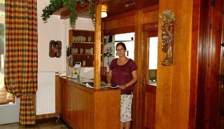 U wordt hartelijk ontvangen bij de receptie van Hotel Velden Bacherlwirt