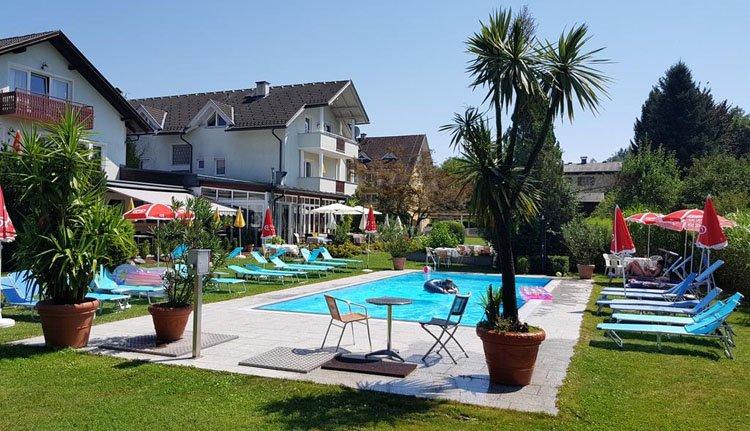 Hotel Villa Flora - zwembad met heerlijke ligstoelen