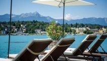 Hotel Post Velden - ligstoelen aan het meer