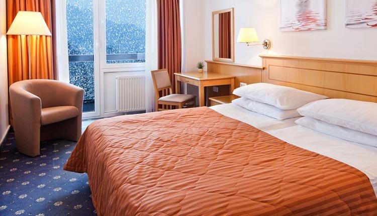 De tweepersoonskamer standaard met balkon en uitzicht op het meer