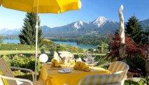 Vanaf het zonnige terras hebt u een schitterend uitzicht over de Faaker See en de bergen