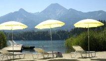 Ferienhotel Schönruh heeft een eigen strand aan de Faaker See  met ligstoelen en parasols