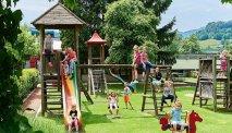 Voor de kinderen genoeg vertier in de riante tuin van Familiengut Burgstaller