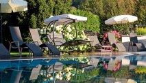 Het zwembad van Familiengut Burgstaller ligt in de idyllische tuin