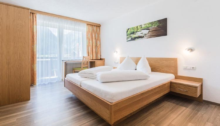 De tweepersoonskamer Komfort in Gasthof Venedigerblick is van alle gemakken voorzien