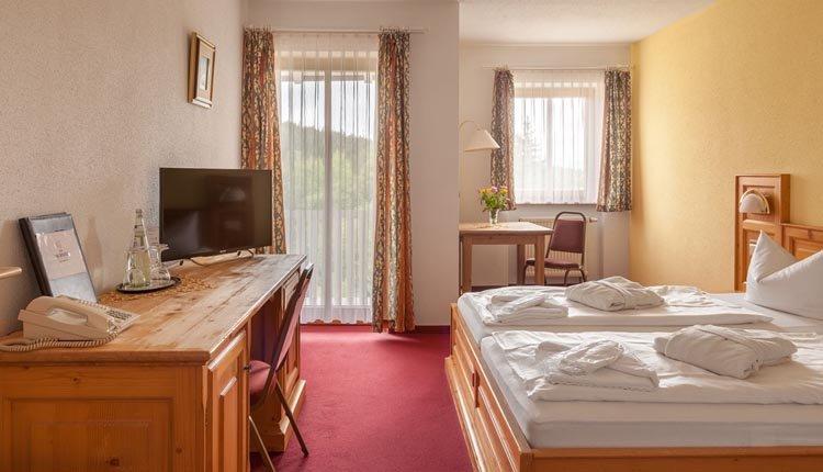 De tweepersoonskamers Superior in Hotel Ahornhof hebben een balkon