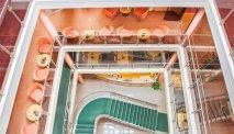 Het indrukwekkende trappenhuis van Hotel Kammweg