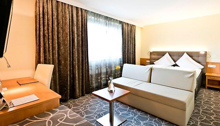 De sfeervol ingerichte tweepersoonskamers Classic Plus in Hotel Goldenes Schiff