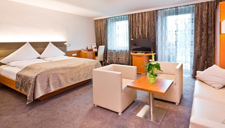 De zeer ruime tweepersoonskamers De Luxe in Hotel Goldenes Schiff zijn erg comfortabel