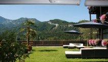 Hotel Lindwurm heeft een waanzinnig mooi terras middenin de bergen