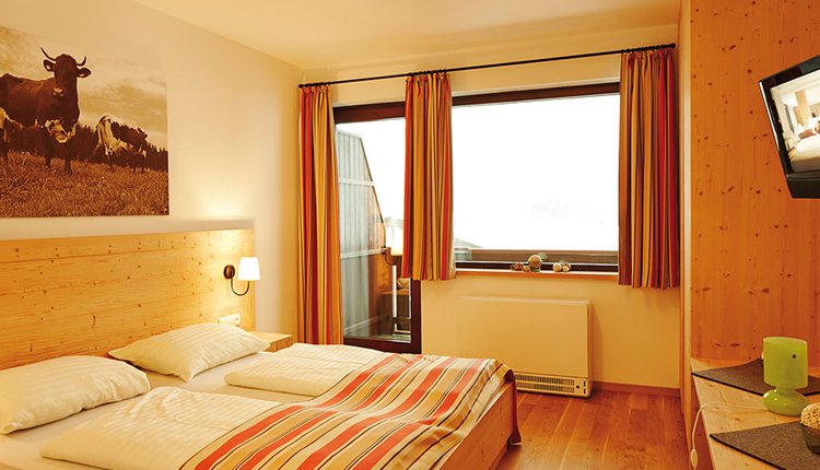 De tweepersoonskamers in het Vitalhotel zijn comfortabel ingericht.