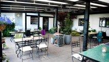 Het gezellige terras van Hotel Benniksgaard
