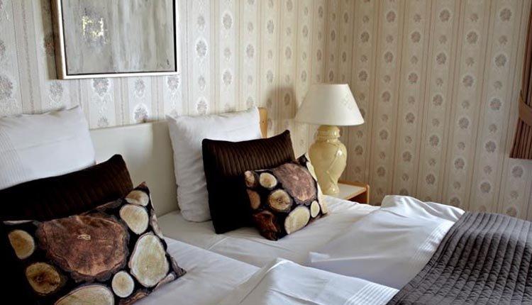 De tweepersoonskamers in Hotel Nymindegab Kro zijn sfeervol en comfortabel ingericht