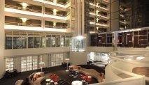 De ruime en lichte lobby in het atrium van AC Hotel Marriott Ambassadeur