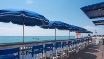 Bij restaurant Bahia Plage kunt u eten op het strand