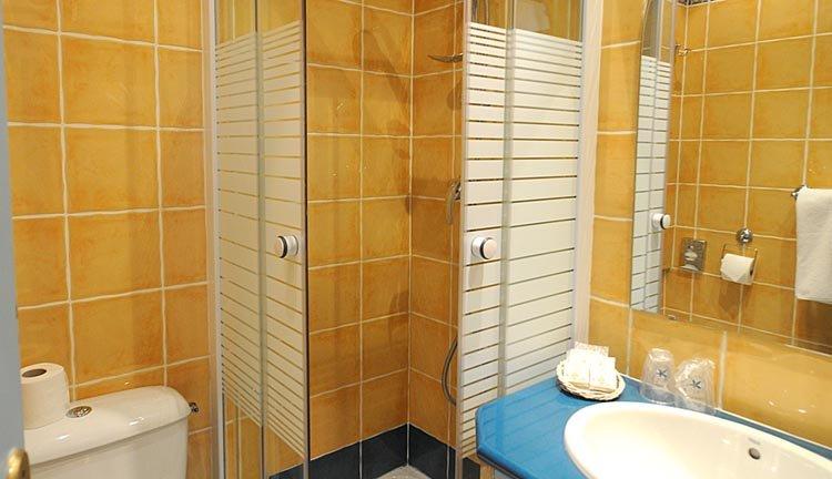 De badkamers zijn van alle gemakken voorzien