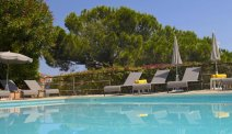 Het mooi gelegen zwembad van Hôtel des Orangers