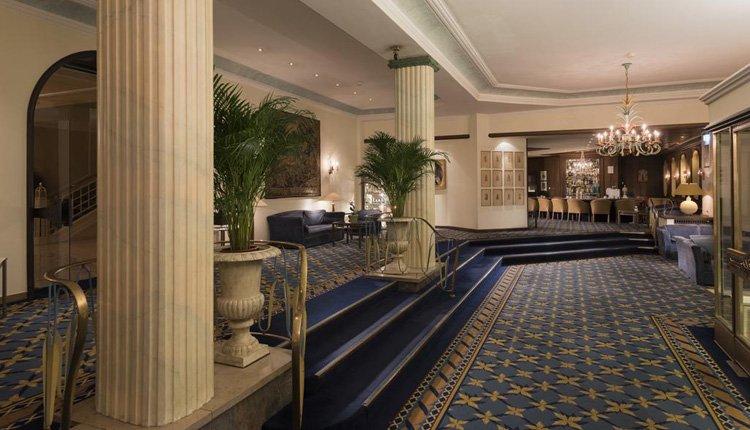 U wordt gastvrij ontvangen in de imposante lobby van Wyndham Grand Hotel in het Beierse Bad Reichenhall