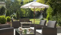 Geniet van een vers kopje koffie in de tuin lounge van Wyndham Grand Hotel Bad Reichenhall