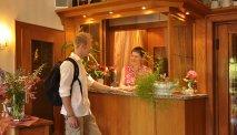 Een warm ontvangst bij de receptie van Hotel Baudobriga