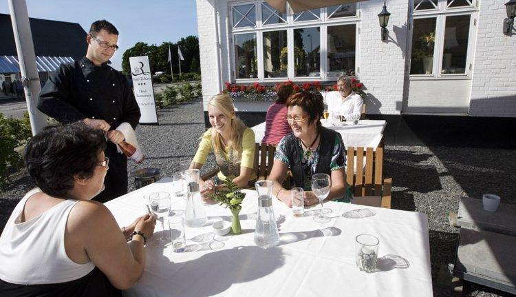 Heerlijk genieten op het terras van Hotel Rold Gl. Kro