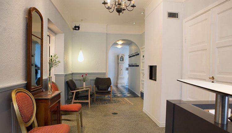 De gezellige lobby met haardvuur van Hotel Rold Gl. Kro