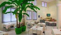 Start de dag met een heerlijk ontbijtbuffet in Hotel La Spezia