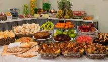 Een overdadig ontbijtbuffet met zoete en hartige lekkernijen in Hotel La Spezia
