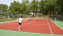 Lekker een balletje slaan op de tennisbaan van Hôtel la Truffière