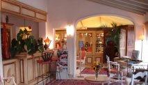 Er wacht een warm welkom bij de receptie van Hotel Mireille