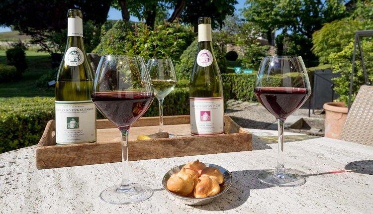 Genieten van een heerlijke wijn op het terras