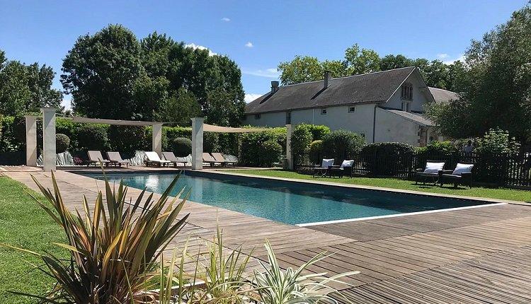 Heerlijk zwembad met terras en ligstoelen