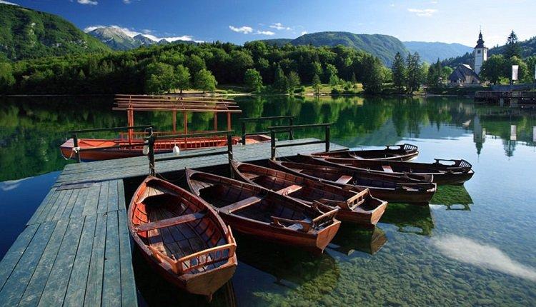 Bootje varen op het meer van Bohinj