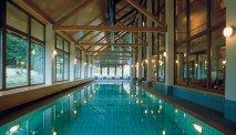 Het binnenzwembad van het hotel
