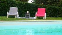 Het zwembad met heerlijke ligstoelen