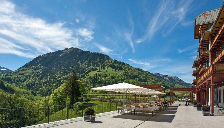 Het prachtige terras van het nabijgelegen Jugendstil Paxmontana