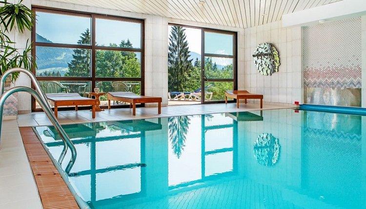 Het binnenzwembad met panoramische ramen