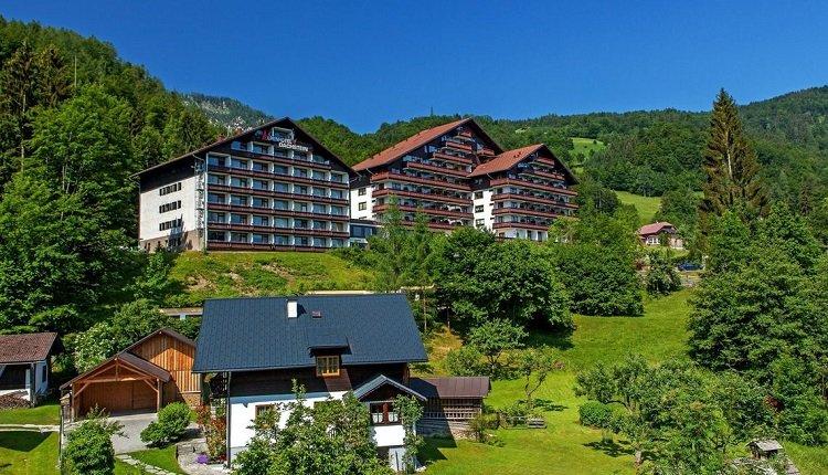 Het hotel ligt op een heuvel boven kuuroord Bad Goisern