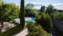 De tuin van het hotel met terras en zwembad