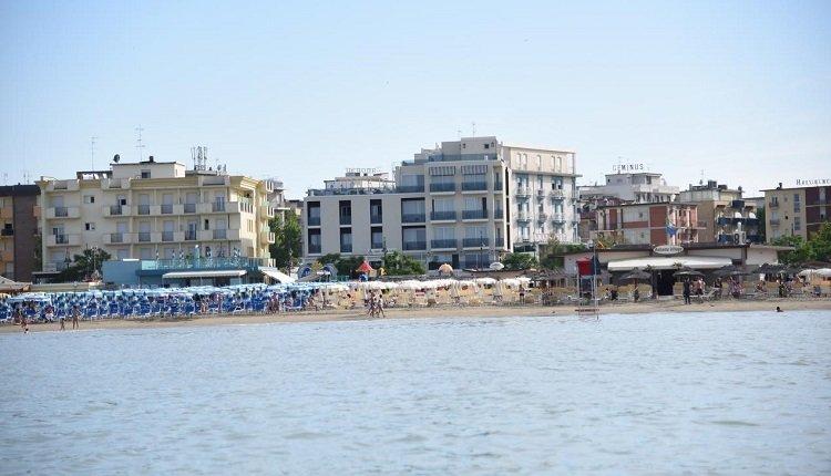 Het hotel is gelegen aan de Adriatische Zee