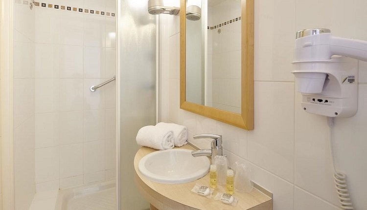 2-persoonskamer zeezicht badkamer