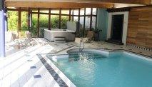 Het binnenzwembad met jacuzzi