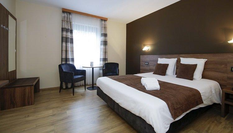 Moderne kamers met warme tinten