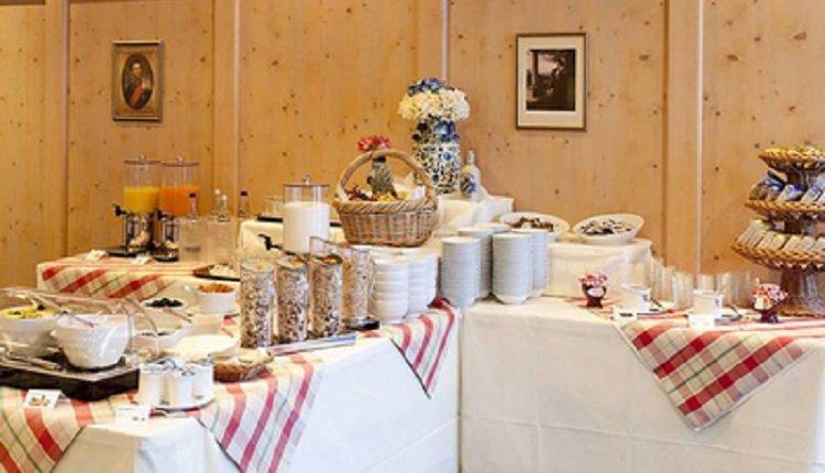 Een uitgebreid ontbijtbuffet staat iedere ochtend klaar